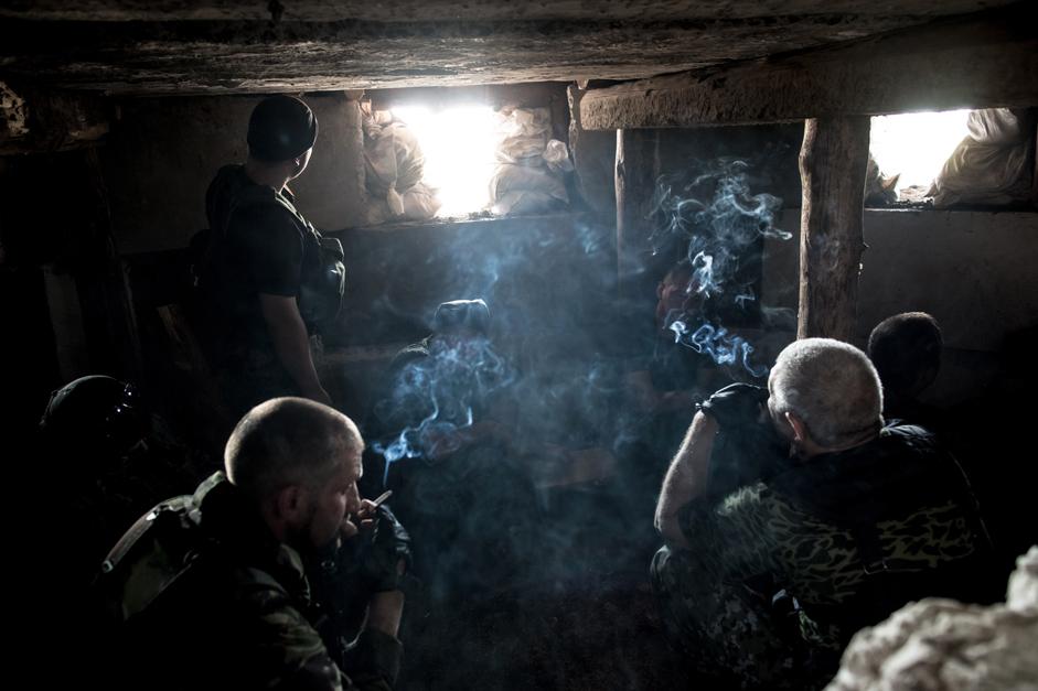 ウクライナで当初行方が不明になっていたロシアの国営通信社「ロシア・セヴォードニャ」の専属写真家アンドレイ・ステニン氏は、1ヶ月前に亡くなっていたことが判明した。彼の死は、9月3日に複数の独立派部隊によって同時に確認された。ステニン氏は、ウクライナ南東部の戦闘で命を落としたロシア人ジャーナリストとしては4人目となる。同氏を追悼して、ロシアNOWは様々な紛争地帯から送られた氏の作品を紹介する。 // ドネツィク空港をめぐり戦闘を繰り広げるウクライナ東部の民兵たち。2014年