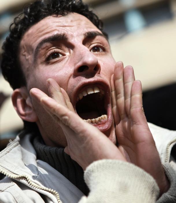 カイロのテレビ放送局前で叫ぶホスニー・ムバーラク大統領(当時)に対する反対デモ運動家。2011年