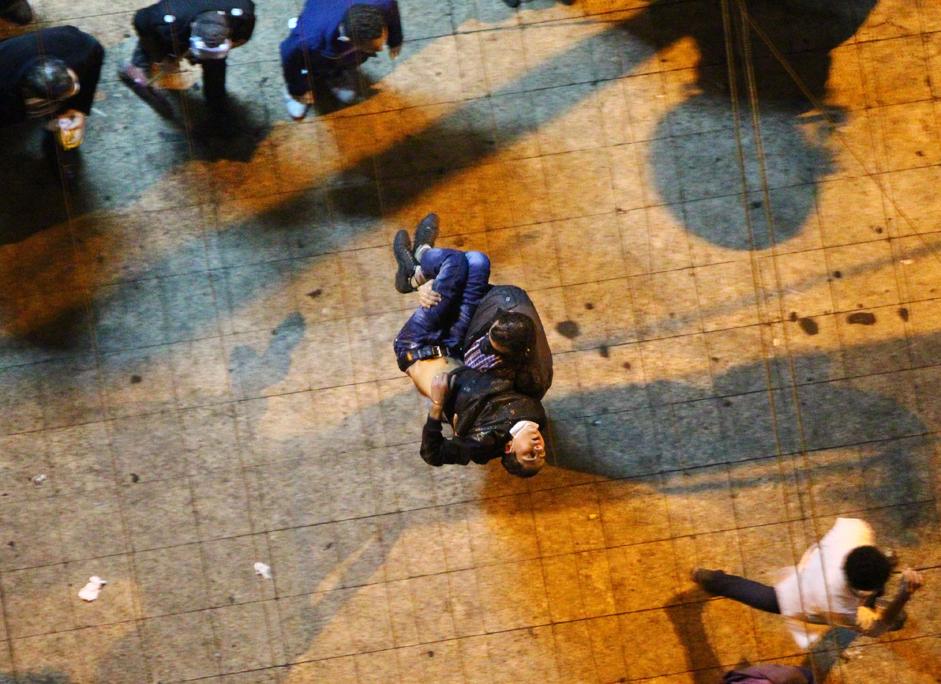 反対運動家と警察の間で夜に発生した衝突により負傷した人々。カイロのタフリル広場には何千人もの人々が結集し、閣僚と軍事評議会の辞任を要求した。 2011年