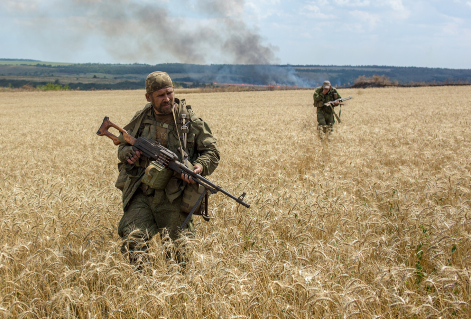 Vojaški borci med spopadi za nadzor nad obmejnim krajem Koževnija v bližini mesta Snežnoje, Ukrajina, 2014.