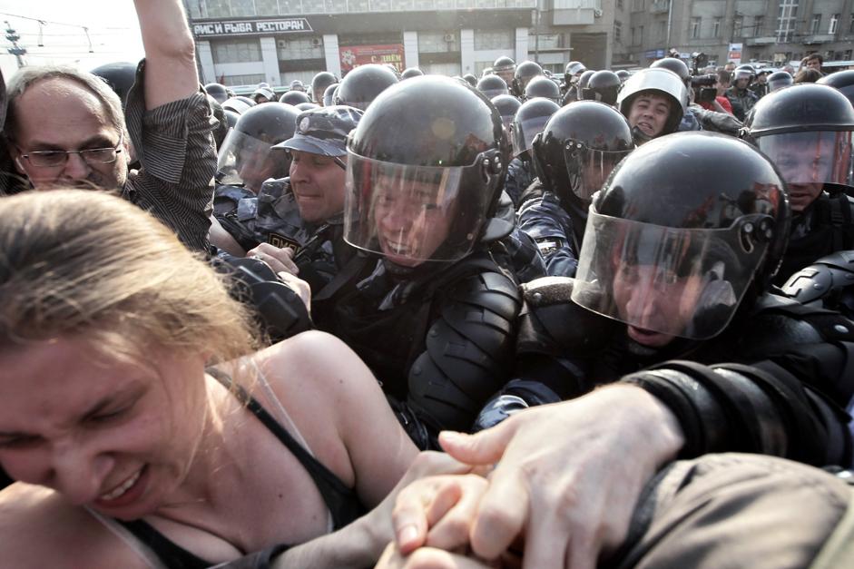 モスクワのボロトナヤ広場で「百万人の行進」の参加者の秩序維持に従事する警官たち。2012年