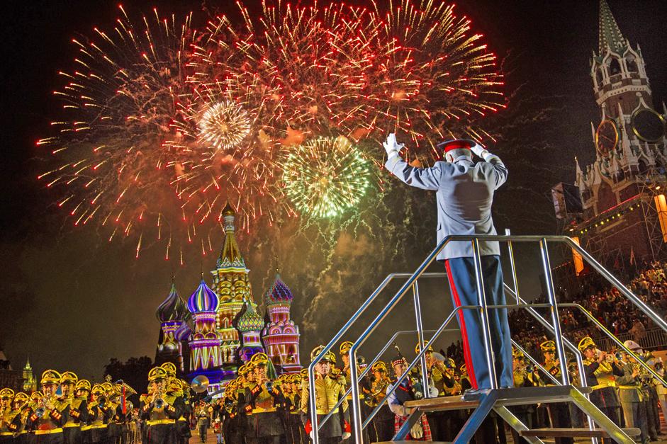 """1/11. Међународни фестивал војне музике """"Спаска кула"""" окончан је прошле недеље у Москви. У недељу 7. септембра московске паркове су у послеподневним часовима испунили бројни дувачки оркестри како би своје умеће представили окупљеној публици."""