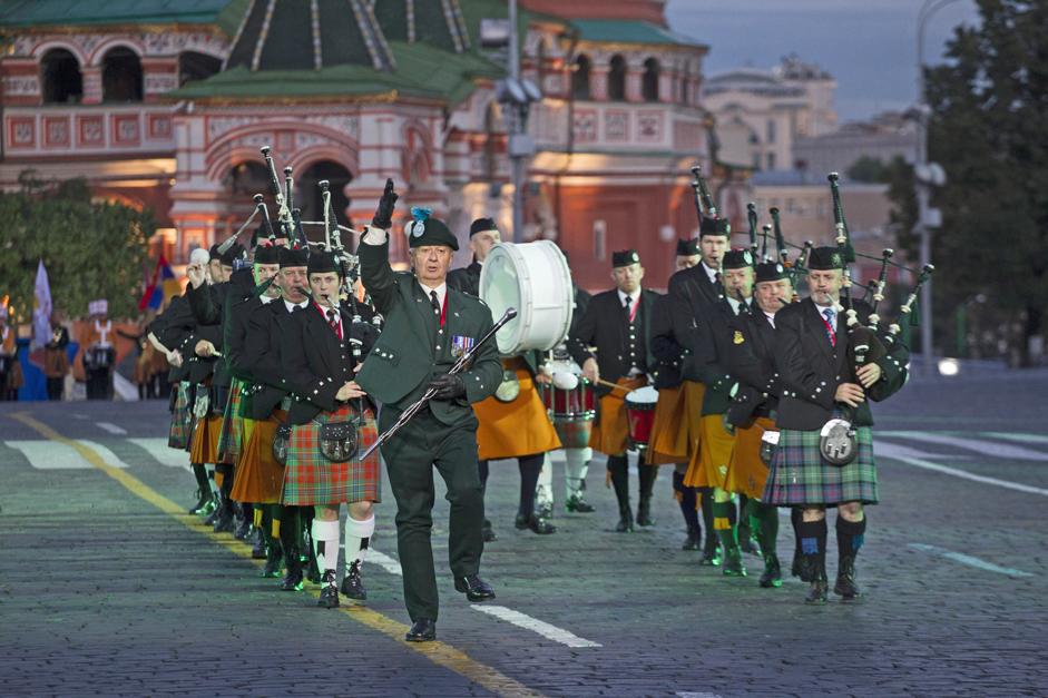 4/11. Оркестар Председничког пука је 2. септембра 2006. први пут наступио на Поклоној гори и Парку Победе, уз пратњу најбољих руских војних оркестара.