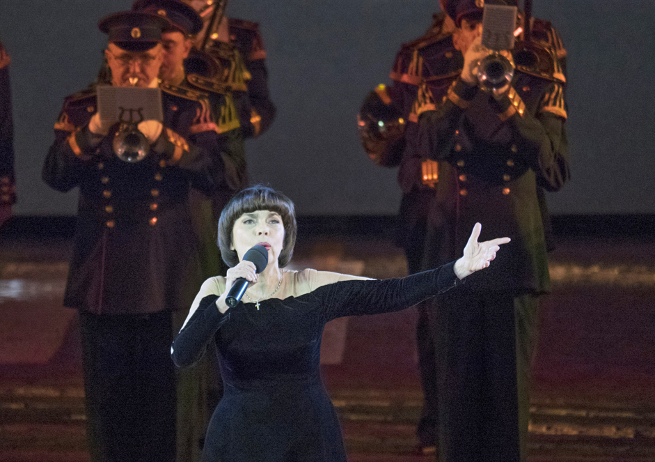2/11. Исте вечери на Црвеном тргу одржано је свечано затварање фестивала где је наступила легендарна француска певачица Миреј Матје.