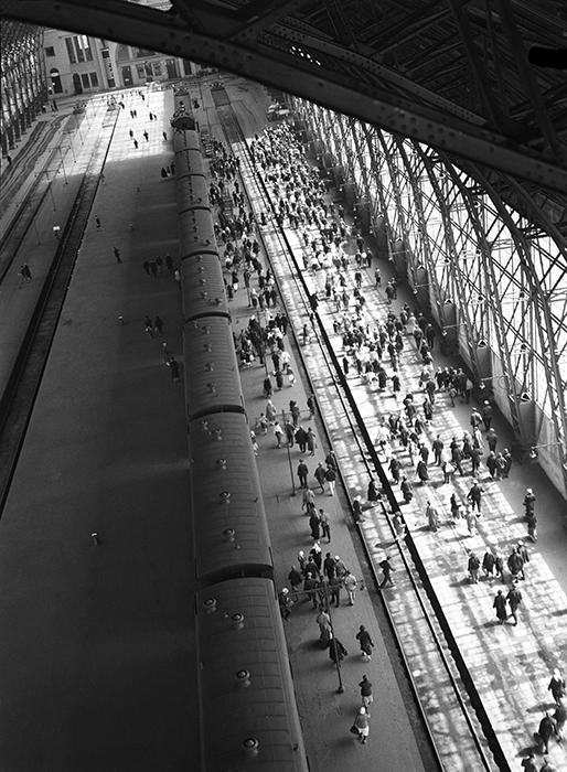 アルカディー・シャイヘトは、1931年から1932年にかけて旗揚げされたロシア・プロレタリア写真家協会(ROPF)にも積極的に参加した。アレクサンドル・ロトチェンコは「10月組」(訳注:写真家の団体)のリーダーの一人となった。// モスクワのキエフ鉄道駅、1936年