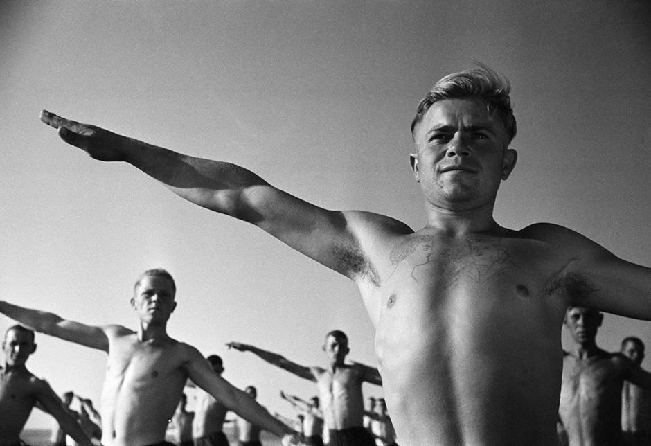 1938年にアルカディー・シャイヘトはアガニョーク誌の編集部を解雇され、彼の写真がソビエト・フォト誌やソ連邦建設誌に掲載される事はなくなった。9月から彼は新しい雑誌で働き始めた。// 赤軍の入浴所。ニコラエフ、1932年