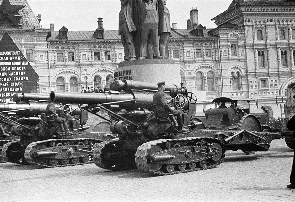While producing many photographs for periodicals, Shaikhet participated in All-Union Exhibitions. In 1936, he was awarded a Grade I Diploma at the First All-Ukrainian Photo Art Exhibition in Kiev. // Parade of military equipment on Red Square. Moscow, 1 May 1940