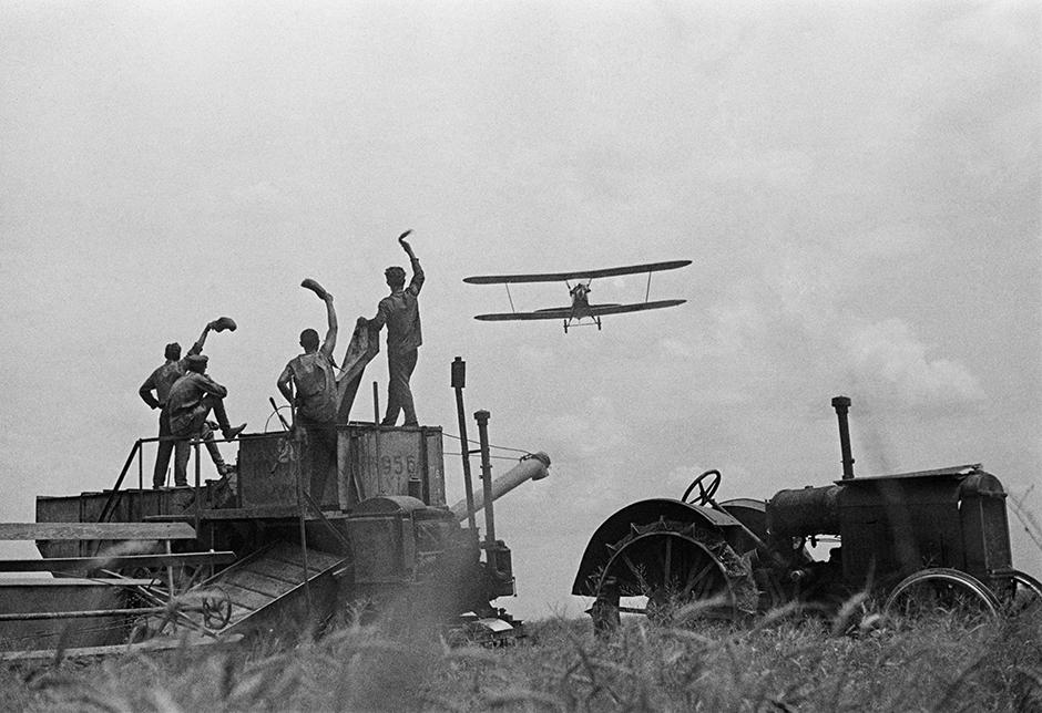 ソ連の写真史において、シャイヘトの名は主に「芸術的ルポ(ルポルタージュ)」というジャンルで登場する。シャイヘトは1926年に設立されたソビエト・フォト誌の創設者の一人であった。1920年代から1930年代の工業化時代を写した彼の写真は、ソ連のイメージを作った。// トラクターと飛行機。1936年