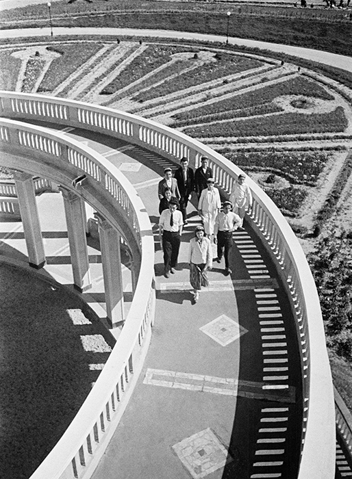 芸術家にとって、個性と自己現実は二の次になった。重要なのはプロパガンダ、扇動と国の新しいイメージを作る事だった。それでも相変わらず、アルカディー・シャイヘトの作品からは才能と技術とプロ意識が伺えた。// 北部河川ターミナルの高架橋。モスクワ・ヴォルガ運河、1939年