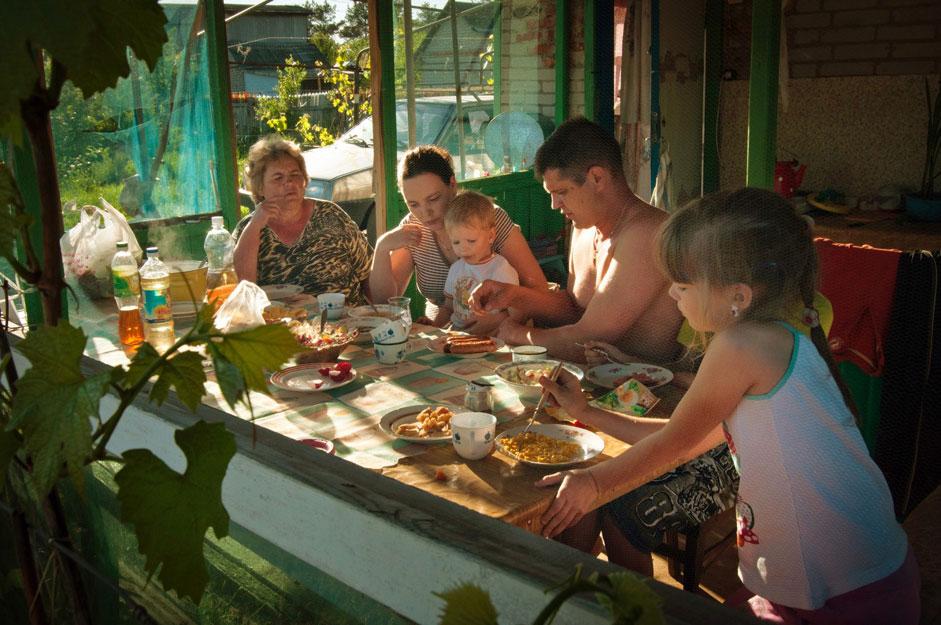 家族で食事を楽しむ機会もダーチャの主な魅力だ。ここでは厳格な都市的な生活習慣を忘れることができる。ダーチャと言えば伝統的なシシカバブ、魚のスープ、きのこの他、たくさんの野菜や果物がつきものなので、そのメニューにダイエットはないからだ。もう一つのダーチャの楽しみは、冬の季節のためにジャムなどの果物の砂糖煮を作ることだ
