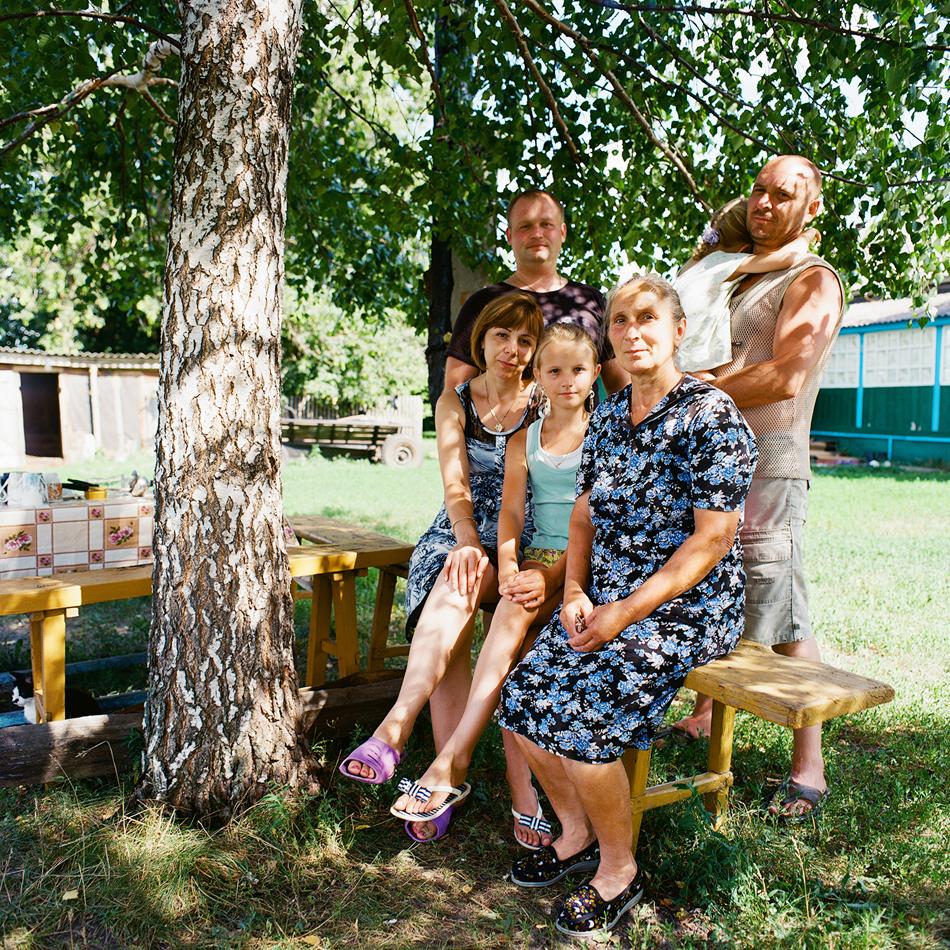 Едва в зряла възраст фотографът Анастасия Соболева, родена в Кострома и живееща в Москва, за първи път посещава Пензенска област, родината на майка ѝ. Пътешествието ѝ позволява да разбере повече… не, не за областта, а за себе си и своите корени.