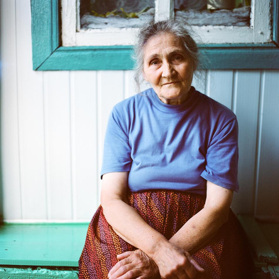 """""""Баба ми е израснала като сираче в семейство с пет деца. През 1951 г. в малкото селце Режа се ражда майка ми. След гимназията заминава да учи в колеж и се мести в Кострома, моя роден град""""."""