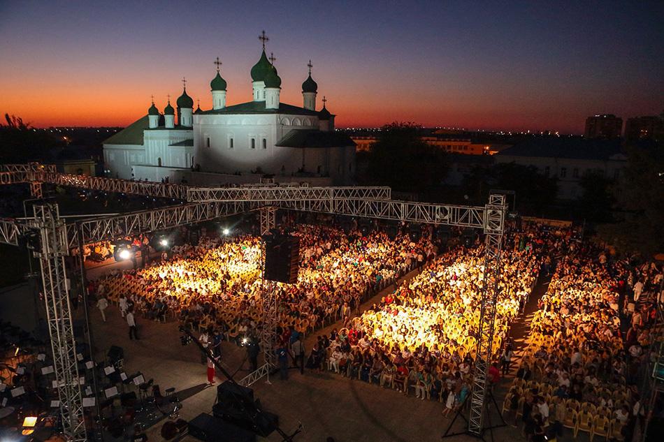 つい最近、モスクワから南へ865キロ離れたアストラハンの住民は、一風変わった経験をすることができた。市内の中心部で、アストラハン州立オペラ・バレエ劇場が『イーゴリ公』の野外公演を催し、2万人の聴衆がこれを観劇したのだ。
