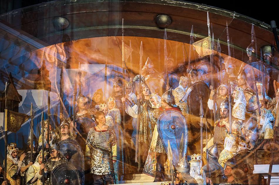 残された最後の力を振り絞って、ボロディンはロシアで初めての英雄伝的叙事詩のオペラ『イゴーリ公』の完成を急いだ。また、ボロディンが創作したのはオペラの音楽だけではなかった。彼は台詞や歌詞も作詞した。1887年の彼の突然死により、クライマックスを迎えていたオペラの作曲作業は中断された。