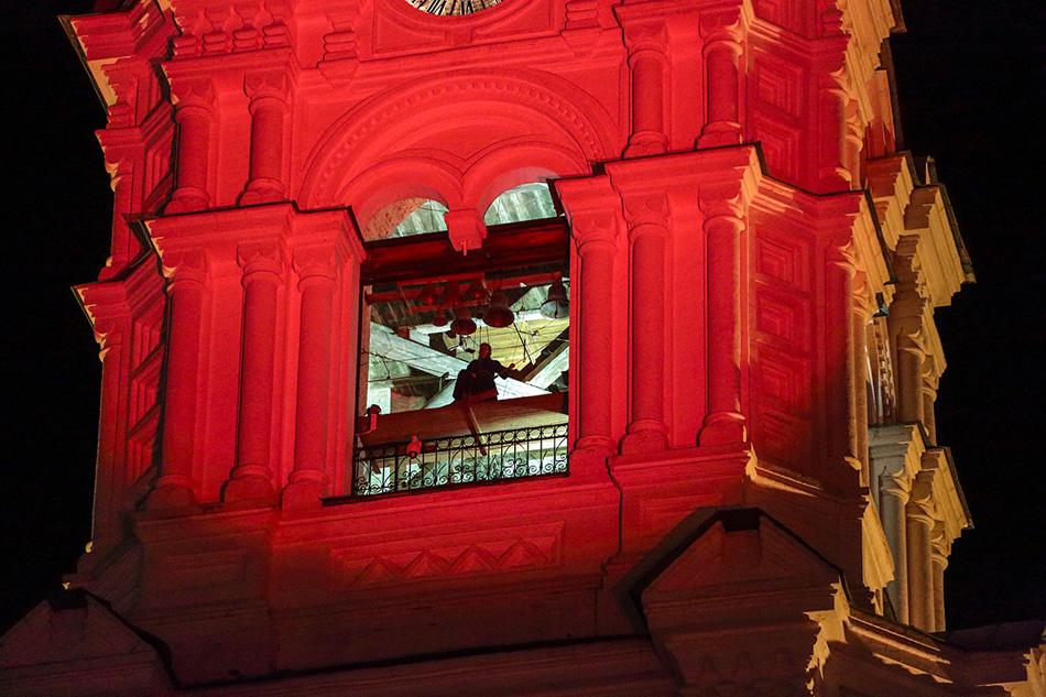 昇天大聖堂自体も重要な役を演じた。舞台上で火の手が上がったり崩壊する場面が展開する合間に、突然予期しない角度から大聖堂がライトアップされるのだ。それはイゴーリとヤロスラーヴナの姿を投射するための背景幕の役目も果たした。