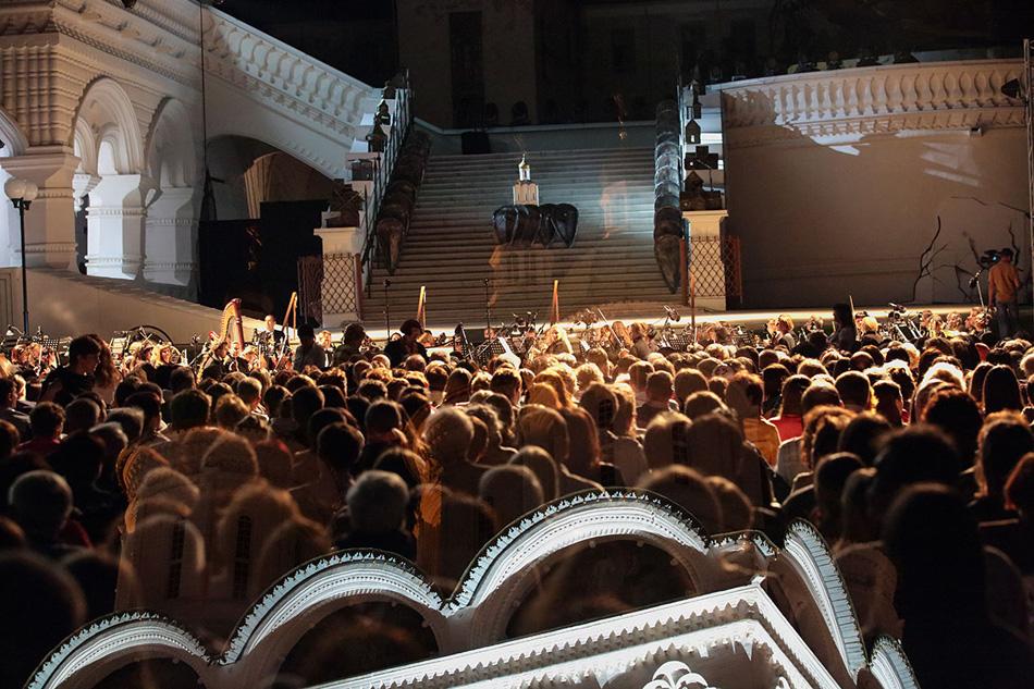 演劇と音楽の要素に加えて、この上演の制作者たちはテクノロジーを最大限に活用した。大聖堂の建物には上演の動画が映写され、また、入場できなかった人たちのために、アストラハン州立オペラ・バレエ劇場の外にある公園で生中継された。