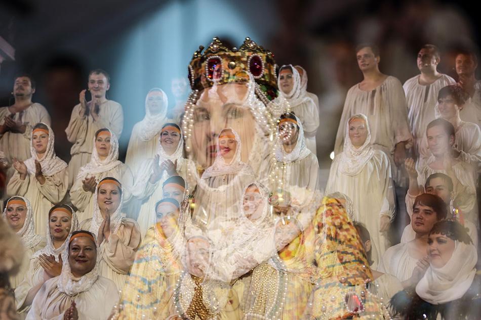 アストラハン州立オペラ・バレエ劇場は夏いっぱいをこの上演の準備に費やし、それには一座すべてが参加した。女性の役は、劇団の代表的なソロイストたちによって演じられた。エレーナ・ラズグリャエワ(ヤロスラーヴナ)とナタリア・ヴォロビヨワ(コンチャーコヴナ、コンチャーク汗の娘)。