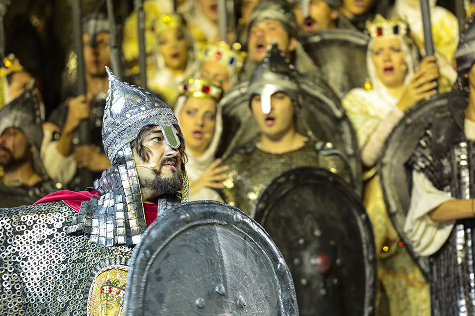 男性の役は、主に特別出演のソロイストによって演じられた。マリンスキー劇場のアレクサンドル・ニキーチン(イゴーリ・スヴャトスラーヴィチ)、ベラルーシ国立オペラ・バレエ劇場のアンドレイ・ヴァレンティイ(ヴラジーミル・ヤロスラーヴィチ、ガーリチ公)、およびアゼルバイジャン・オペラ・バレエ劇場のアリ・アスケロフ(コンチャーク、ポロヴェツの首長(汗))。