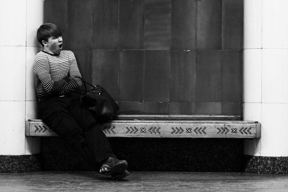 """1/12. Серијал """"Један дан у животу клупе"""" настао је на станици метроа """"Ришка"""" у Москви. Много прича, и комичних и тужних, овде се дешава сваког дана. Замислите само чему је све ова клупа била сведок од 1958. када је станица отворена."""