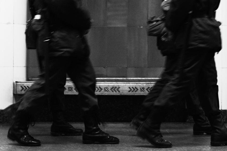 """11/12. На стубовима """"Комсомољске"""" и """"Добрињинске"""", али и у више од 20 других станица, могу се видети љуштуре праисторијских мекушаца, наутилуса и амонита."""