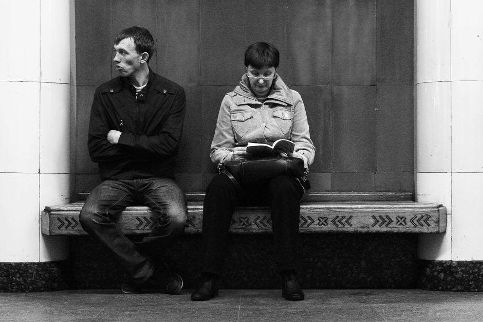 """2/12. Станица """"Ришка"""" име није добила само по истоименој оближњој железничкој станици, већ и по граду Риги. На станици много тога подсећа на летонску престоницу. Изнад сваке клупе постављени су рељефни украси са приказом архитектонских знаменитости Риге и других градова Летоније."""