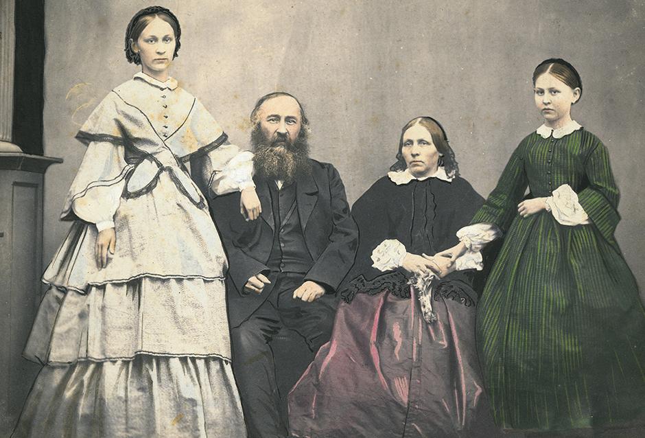 カラー写真がロシアで普及したのは、ヨーロッパと同じように1860年代であった。当時のカメラマンやカメラマンと共に作業するアーティストは、印刷した白黒写真に直接油性絵の具や水彩絵の具で色付け、カラー写真を作った。 // アレクセイ・ニコラエヴィッチ・チュッチェフ、その妻のアンナ・ヨシフォヴナ、そして娘達のアンナ・アレクセーエヴナとマリア・アレクセーエヴナの肖像写真、1864年。
