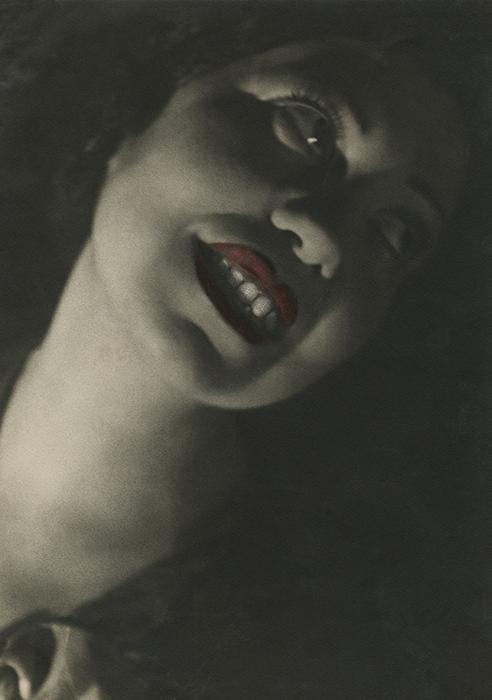 ピクトリアリズム写真の特徴は撮影方法と複雑な現像技術だけではなく、伝統的な被写体の選び方にもあった。// レギーナ・レンベルグの肖像写真、1935年
