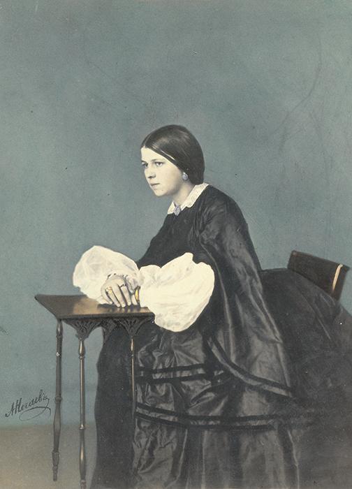 人々は、自分の姿をカラーで見ることを楽しみにし、絵画的な当時のカラー写真は人気が高かった。写真の色付けは、鶏卵紙に印刷されていた昔の写真の欠点をカバー出来るという長所もあった。 // 少女の肖像写真、1860年代。