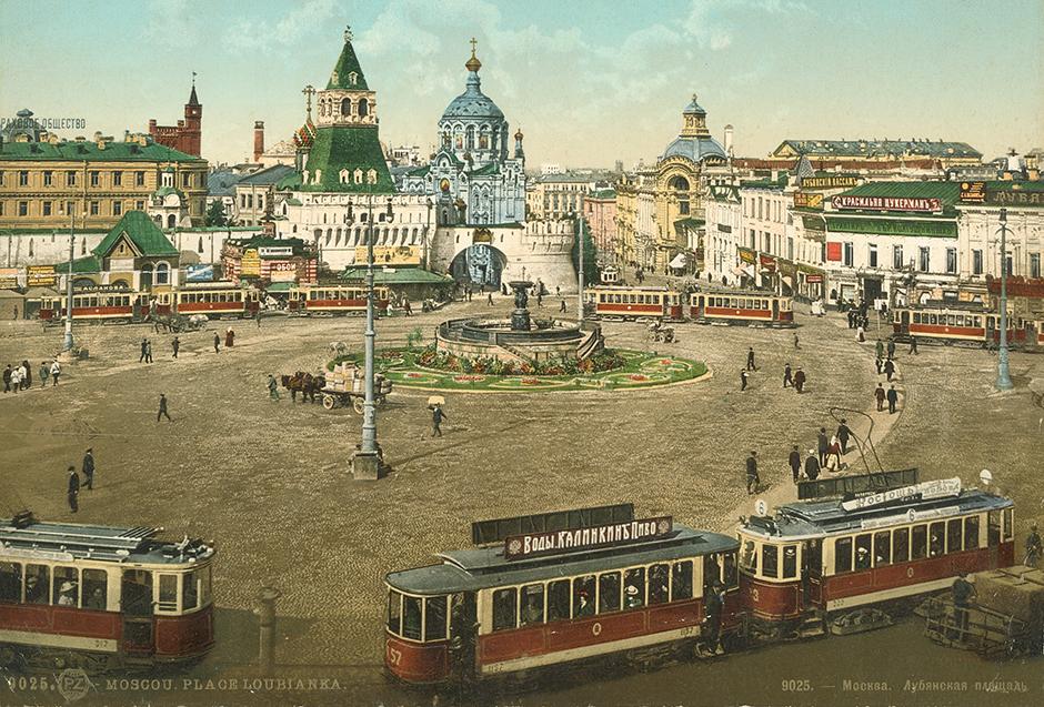 ロシアは19世紀後半から20世紀前半にかけてヨーロッパ化が進み、その影響は建築様式、内装、服装や生活全般に反映された。同時に、ロシア帝国の人々は民族としてのアイデンティティを探っていた。 // モスクワ、ルビャンカ、1910年代。
