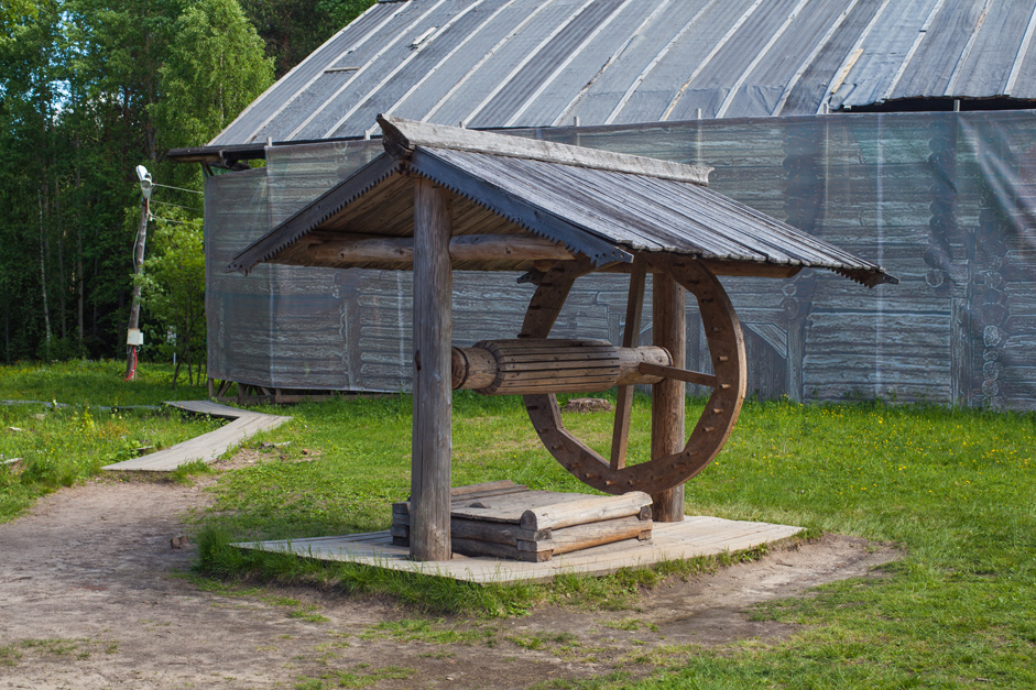 All facets of the rich North Russian culture are reflected at the museum, particularly peasant architecture. Back in the 16th-17th centuries, foreign travelers were inspired by Russian carpenters' mastery of construction. They could build huts, mansions, and churches with the use of a single axe.