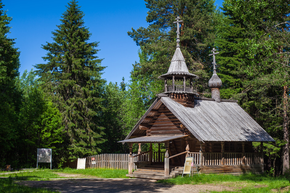 The builders did not use designs or plans, relying instead on their own experience and examples provided by their ancestors. // Chapel of Macarius of the Yellow Water Lake and the Unzha, the Miracle Worker, 18th century, Olonetskaya region. The chapel has a small bell tower.