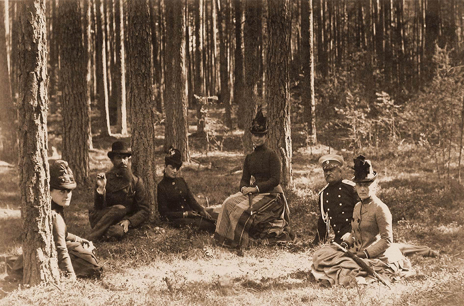 His son Alexander III even took part in bear hunts as a boy. Married, he never missed an opportunity to hunt big game. His wife, Empress Maria Feodorovna, soon took a keen interest in her husband's passion.
