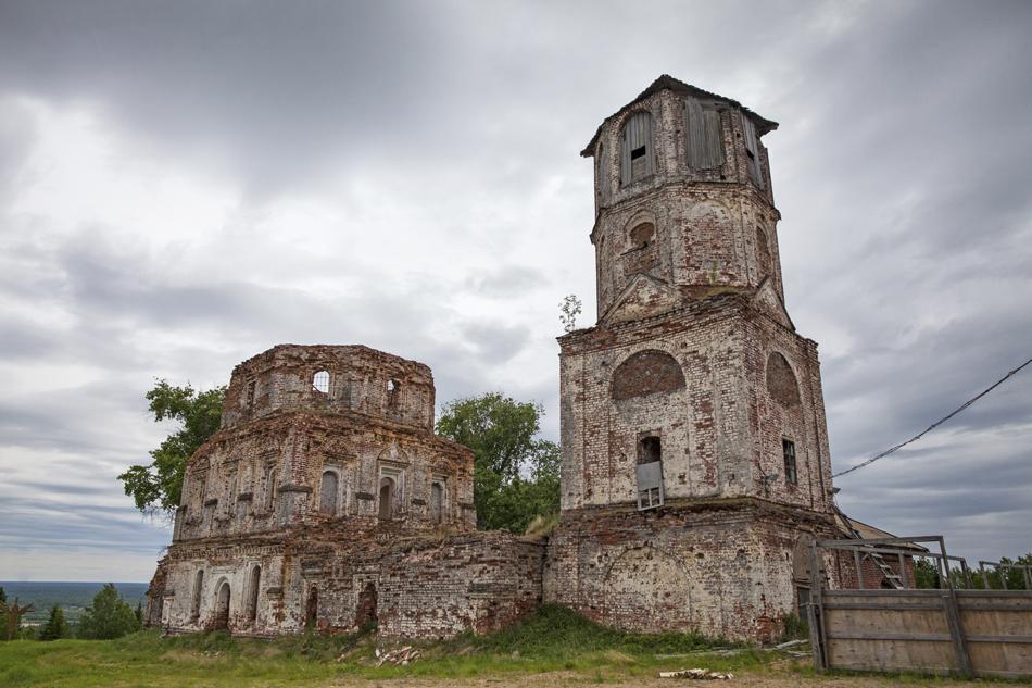 10/13. Ово је најстарији од три манастира у Пињешком рејону Архангелске Области. Основао га је монах Макарије 1605. Пре 17. века ово место било је познато као Чорна Гора (Црна Гора).