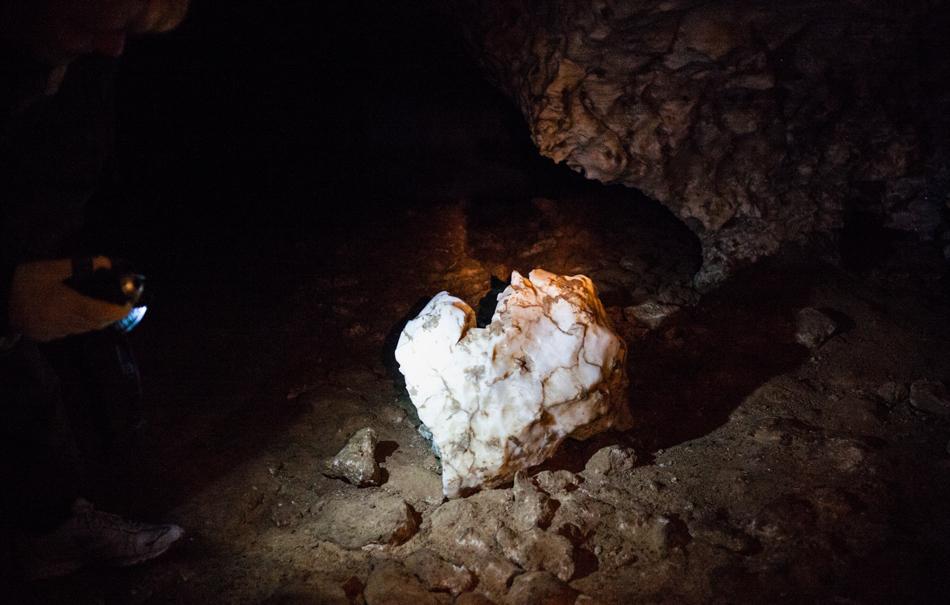 6/13. Голубински провал је најпознатија и најпосећенија пећина у Архангелској Области. Иако се у непосредној близини налазе и река и пут, чак ни становницима овог краја пећина није била довољно позната све до средине прошлог века, нити је о њој било података у литератури.