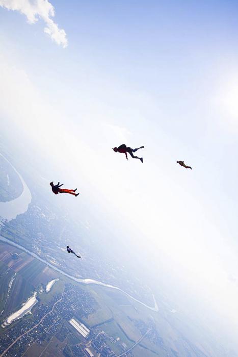Fotograf Dmitri Šljopkin je uspješno spojio dva hobija: skakanje s padobranom i aerofotografiju. U ovom teškom zadatku pomaže mu vrhunska oprema i čelični živci. Je li on ekstremni fotograf ili fotopadobranac?