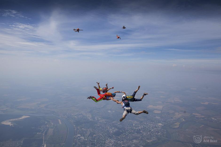 S obzirom na dostupnost različitih kamera koje omogućuju snimanje u ovakvim uvjetima, još uvijek ima malo ljudi koji se bave zračnom fotografijom. Većina takvih komercijalnih fotografija nastala je prilikom skoka u tandemu gdje je fotograf pričvršćen na profesionalnog skakača.