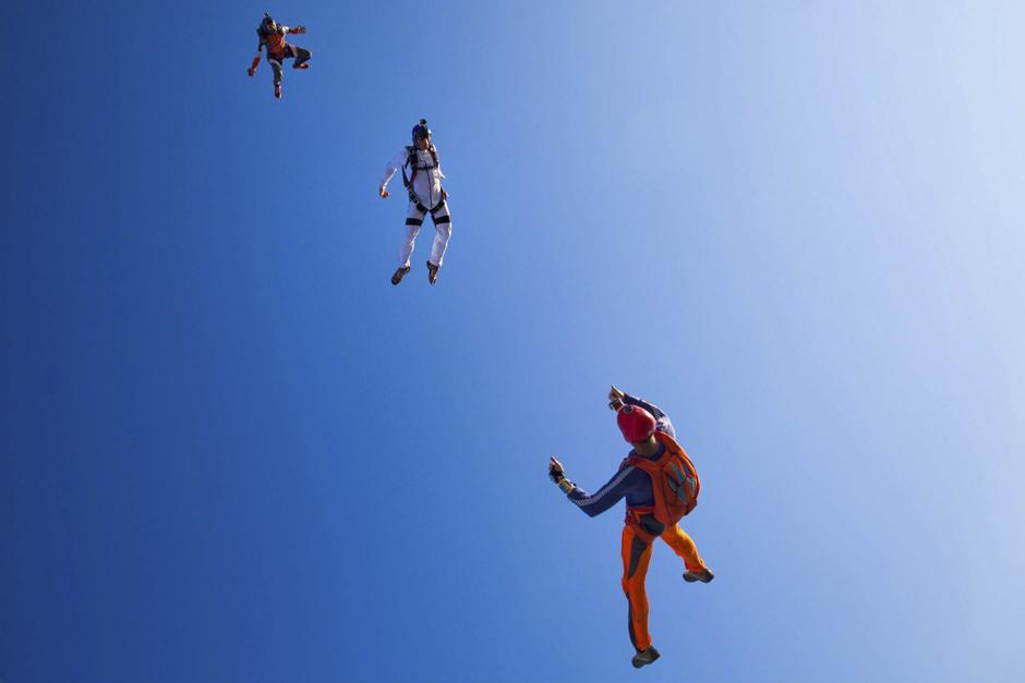 Njegov prvi skok s padobranom dogodio se 2004. godine. Sljedećih 42 skoka izveo je uz pomoć padobrana okrugle kupole, a kasnije je koristio ''parafoil''. Do današnjeg dana je izbrojao oko 1 200 skokova.
