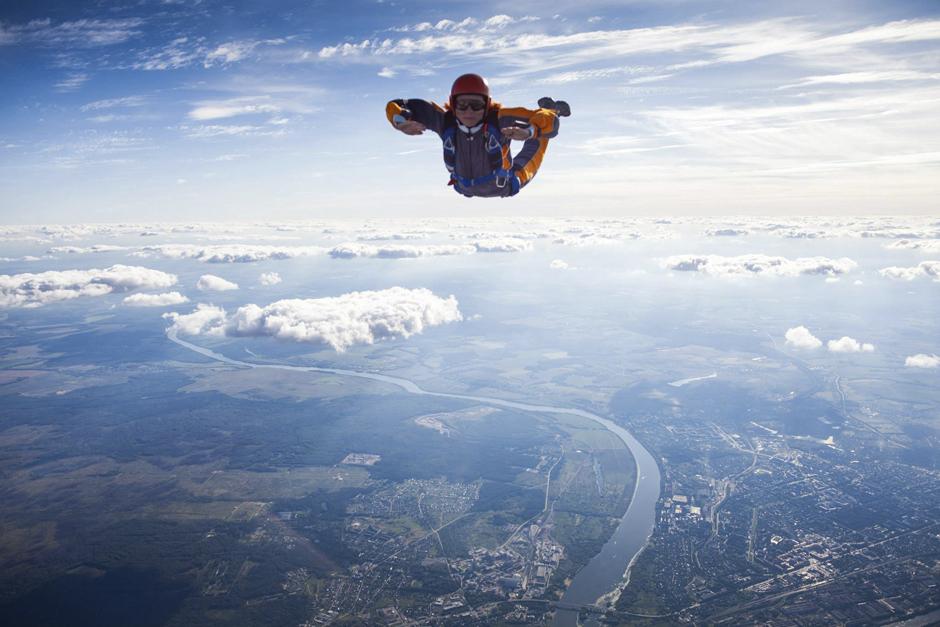 ''Naravno, ovakvi hobiji su opasni, ali skakanje s padobranom je relativno sigurno ako si prošao potrebne pripreme'', kaže Dmitri.