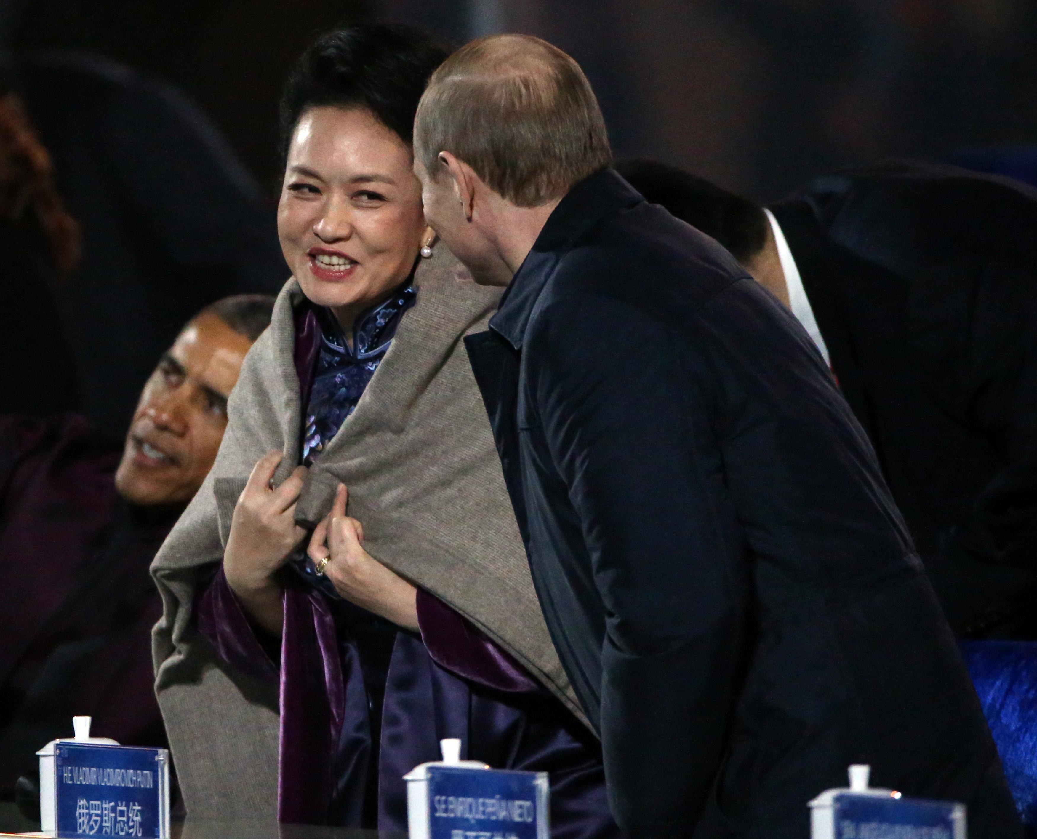"""1/10. Новембар 2014. Председник Русије Владимир Путин умало је изазвао дипломатски скандал када је недавно огрнуо шалом Пенг Лијуан, супругу генералног секретара ЦК КП Кине Си Ђинпинга, који је у том тренутку био заузет разговором са америчким председником Бараком Обамом. Шал се на њеним раменима није дуго задржао – после неколико тренутака супруга кинеског лидера предала га је припаднику обезбеђења и обукла своју црну јакну. Многи светски медији осврнули су се на овај Путинов гест на самиту АТЕС, уз опаске да он може бити погрешно протумачен у кинеском друштву у коме се сматра неприхватљивим да странац додирне жену. Међутим, Путинов портпарол Дмитриј Песков одбацио је ове медијске наводе као """"гласине и непотребну дискусију"""" и рекао да """"без обзира да ли је то обичај или није, и да ли је реч о женској особи, свакоме може да буде хладно""""."""