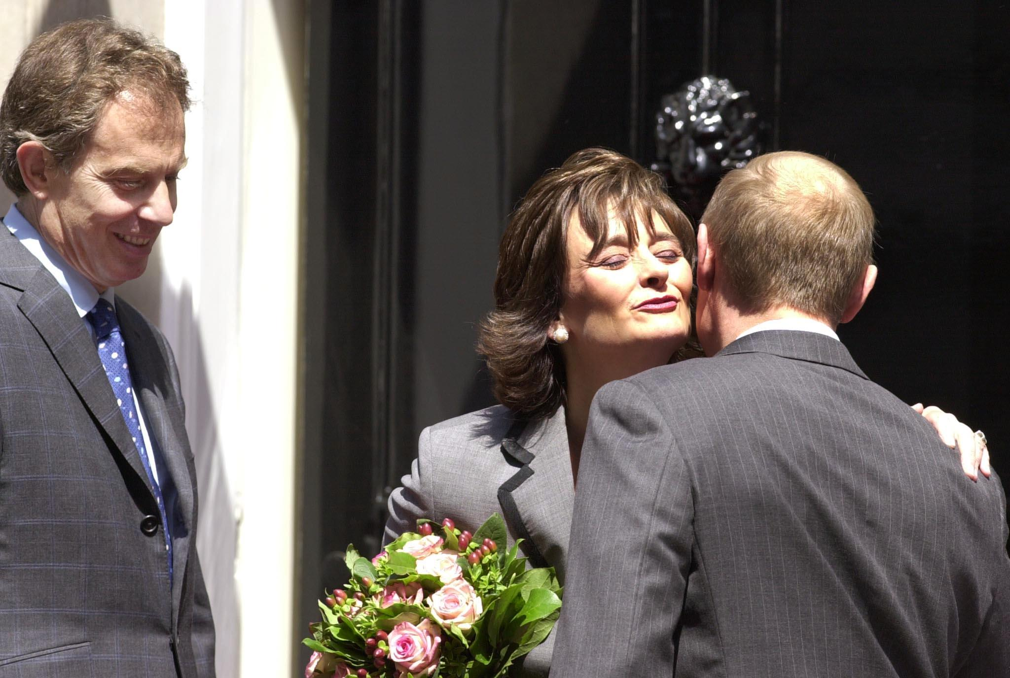 4/10. Чери Блер, супруга британског премијера Тонија Блера, снимљена у тренутку док размењује пријатељски пољубац са Путином пошто јој је уручио букет.
