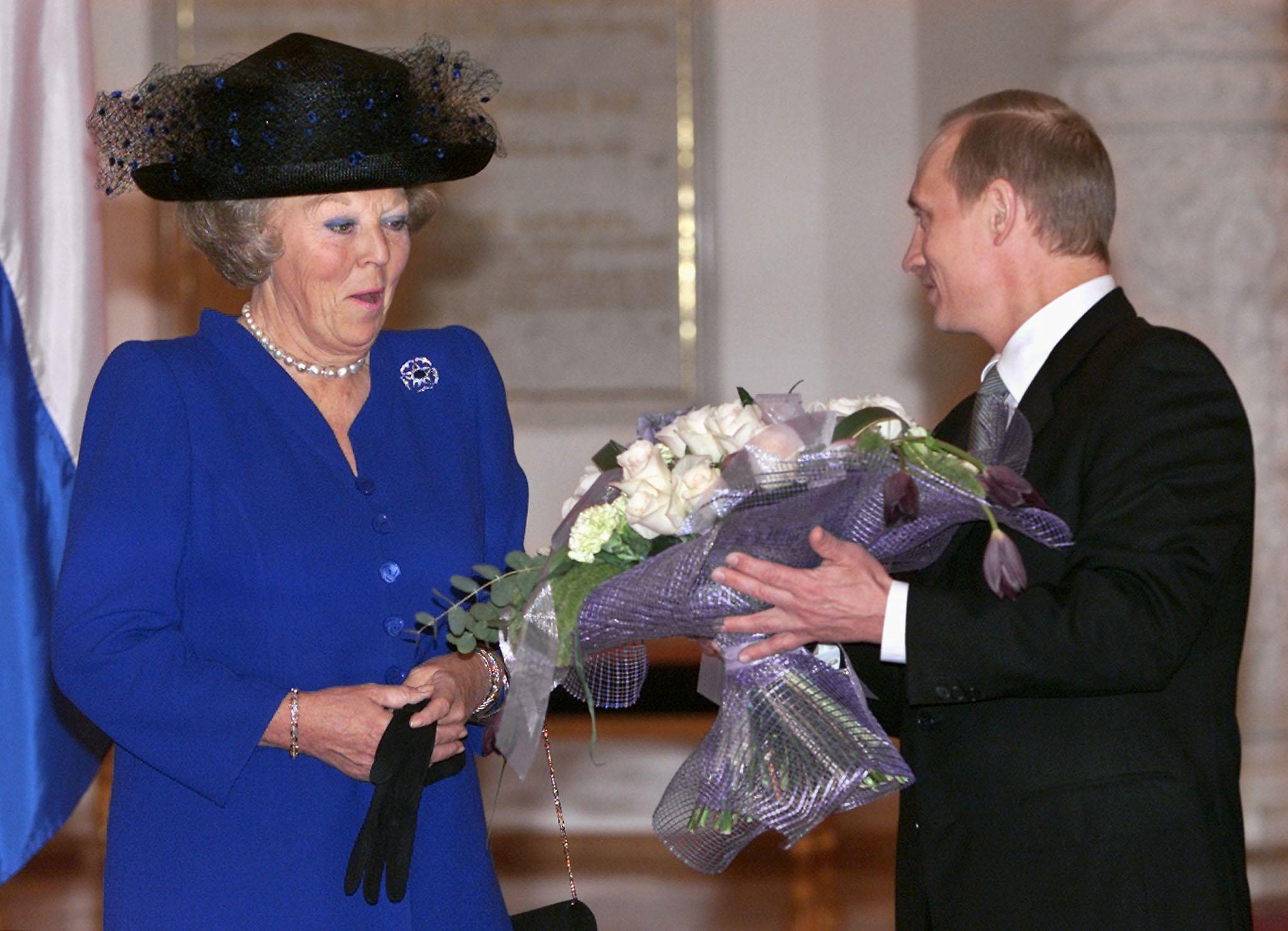 2001年6月オランダのベアトリクス女王(当時)が花束を贈られて喜びを示す。