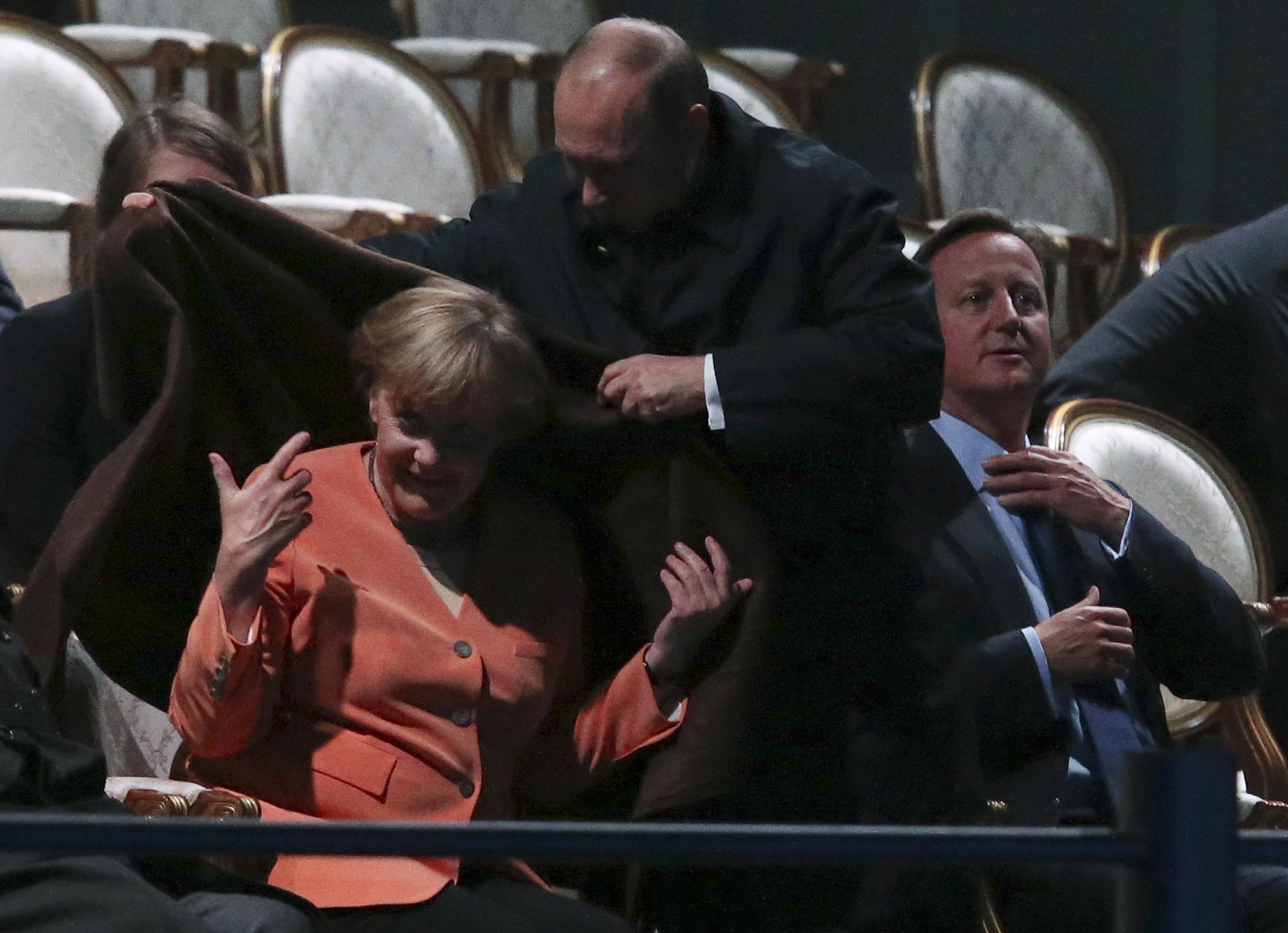 2013年9月サンクトペテルブルク20ヶ国・地域(G20)首脳会議で、プーチン大統領がドイツのアンゲラ・メルケル首相の肩に毛布をかける。この時はそれほど話題にならなかった。