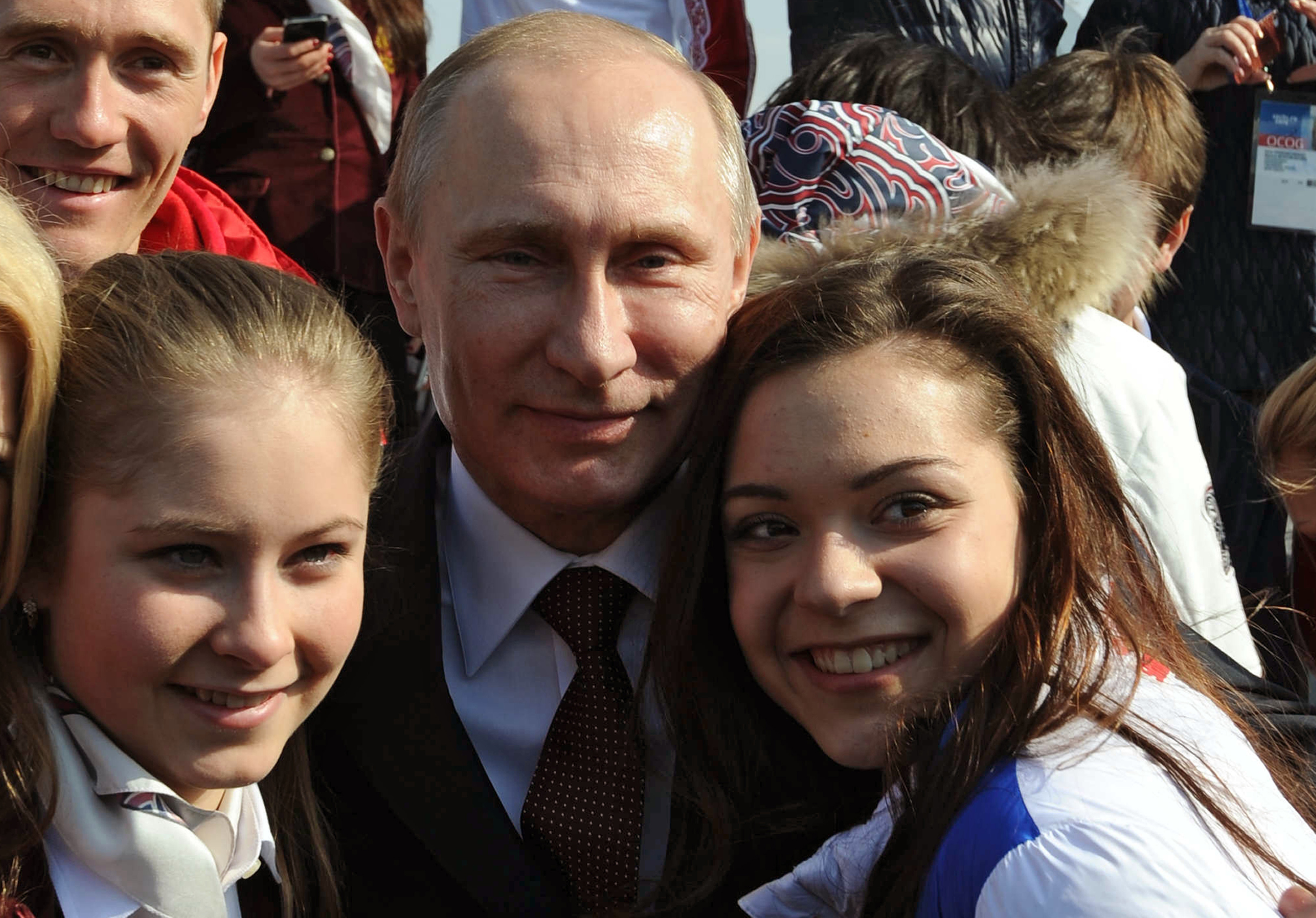 2014年2月プーチン大統領がロシアのフィギュアスケーター、アデリナ・ソトニコワとユリヤ・リプニツカヤに、ソチ五輪での優勝を祝福。
