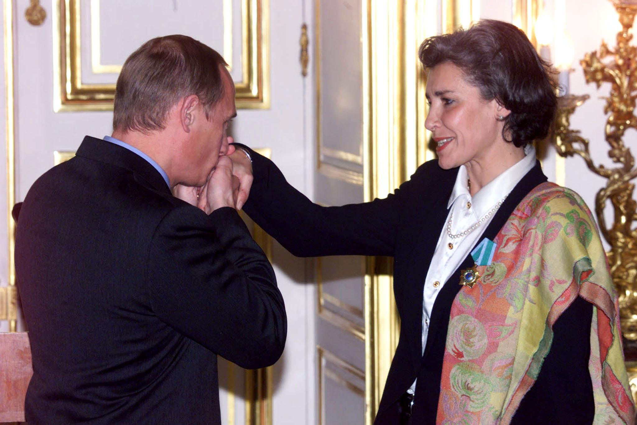 2000年10月初のフランス人女性宇宙飛行士クローディ・エニュレの手にキス。