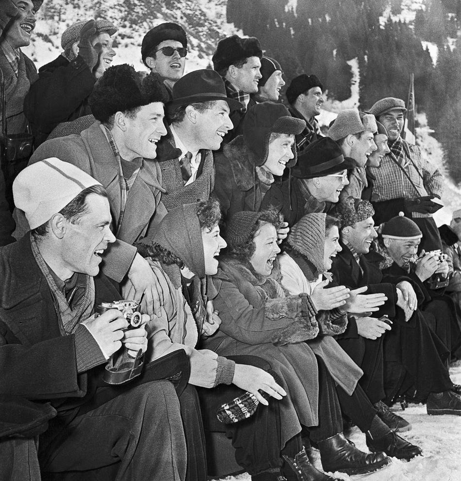 アガニョーク誌は全世代のお気に入り誌だった。記事は議論の題材になり、引用され、既刊号のバインダーは大切に保管された。国、人、状況が変わり、アガニョーク誌も変わった。だが記事はその幅広い読者層のルーツに忠実であり続けている。//カザフ共和国アルマ・アタ(アルマトイ)高地スケート場。観客、1955年