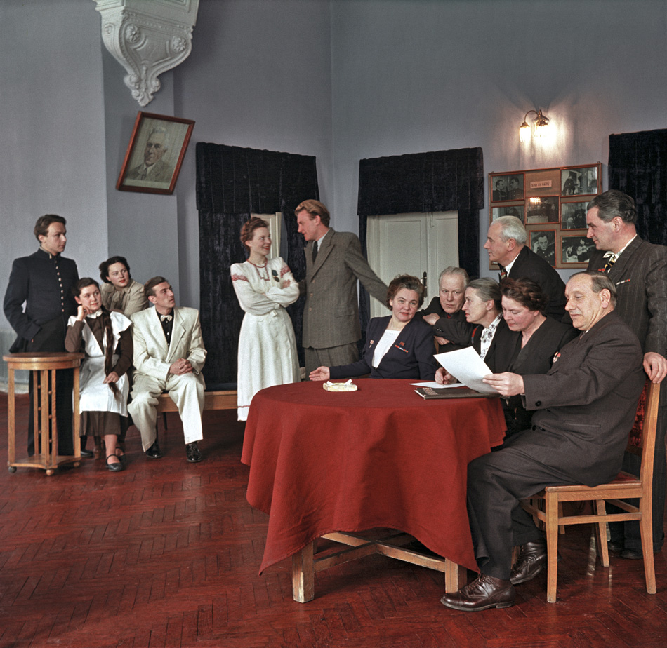 アガニョーク誌は1899年の創刊以来、図版物であり続けた。これはテレビ前時代のテレビであり、家族全員がまわりに集まっていた。ロシア革命期に一時消えたが、1923年に息吹を吹き返し、1925年までには50万部を発行していた。この時期、写真は新しいソ連政府の強力なビジュアル・ツールになっていた。//ヤンカ・クパーラ白ロシア共和国劇場。ミンスク、1953年