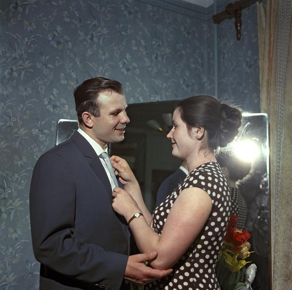 1960年代の雪解けの時代、それまでのうわべだけの集団的祝いが個々の幸福によって否定され、写真の表情、柔軟さ、テーマ、色調が変わった。//パイロットで宇宙飛行士のユーリ・ガガーリンが自宅でヴァレンティナ夫人と、1962年