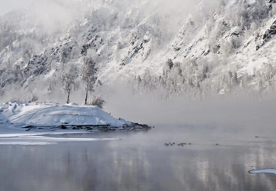 """""""Otočić"""". Ovaj mali otok nalazi se sibirskoj rijeci Jenisej u blizini mjesta Divnogorsk. Njegova ljepota zadivljuje promatrače u svako godišnje doba, posebno pod određenim svjetlosnim uvjetima."""
