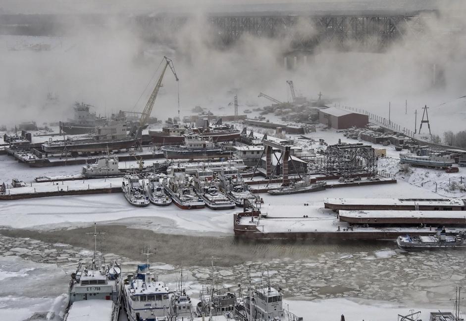 """""""Na pristaništu"""". Zimsko stanište za barže i brodove na Jeniseju. Voda je okovana ledom."""