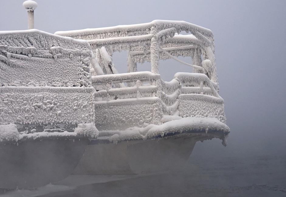 """""""Zimski san"""". Bilo je potrebno nekoliko hladnih dana da voda i vlažan zrak stvore omotač od inja na čamcima ukotvljenim na Jeniseju."""